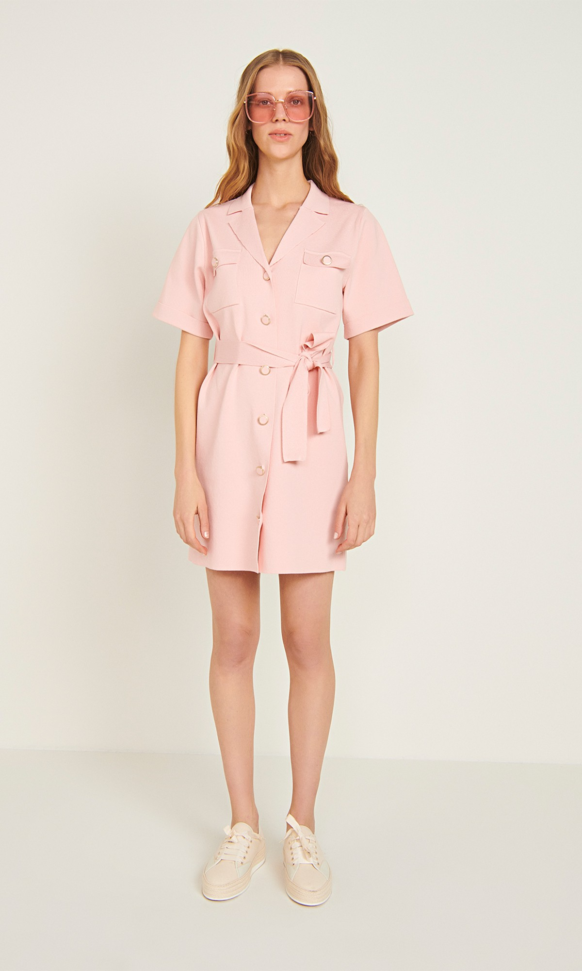 Sukienka dzianinowa wiązana mini, w kolorze różowym