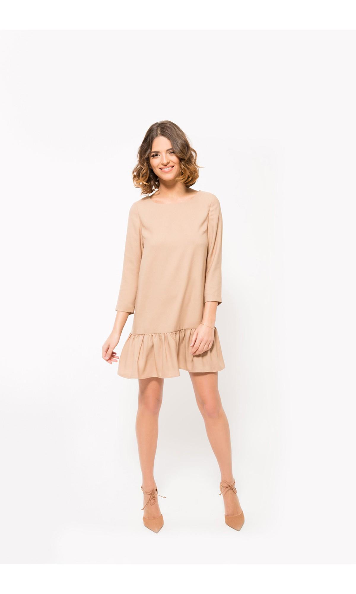 Sukienka z falbaną w kolorze beżowym